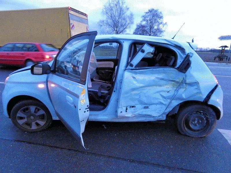 Unfall zwischen LKW und kleinem PKW geht glimpflich aus