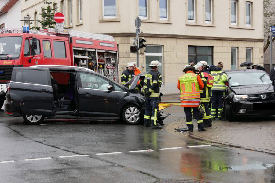 Verkehrsunfall mit eingeklemmter Person in der Bredenstraße