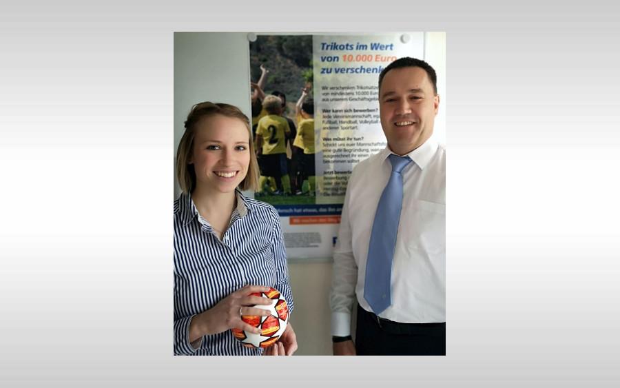 Volksbank verschenkt Trikots im Wert von 10.000 Euro an regionale Sportvereine