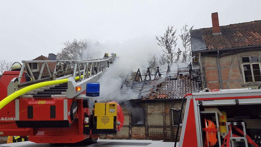 """Fachwerkhaus brennt """"Auf dem Kampe"""" – Feuerwehr rettet Fledermaus und verhindert Brandausbreitung ***aktualisiert"""