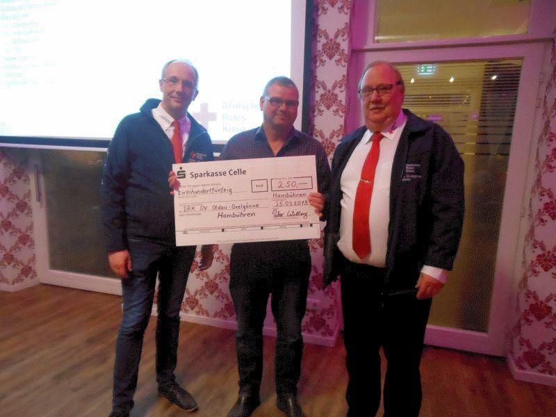 Hambührens parteiloser Bürgermeisterkandidat Witting unterstützt das DRK OV Oldau-Ovelgönne-Hambühren mit einer Spende