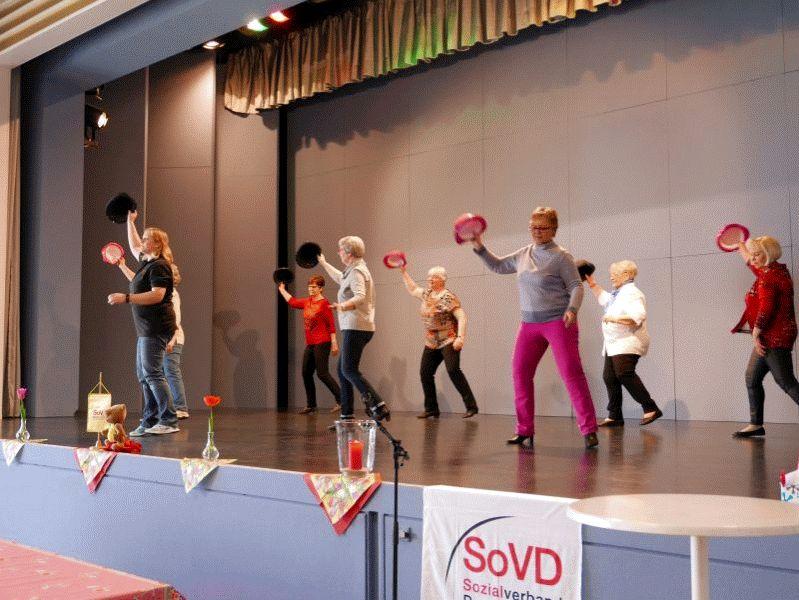 Seniorentanzgruppe vom Tanzhaus Celle beim Infonachmittag des SoVD Ortsverband Nienhagen lud zum Mitmachen ein