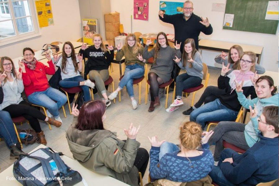 Wenn Gesten die Worte ersetzen: Kurs in Gebärdensprache an der Volkshochschule (vhs) Celle