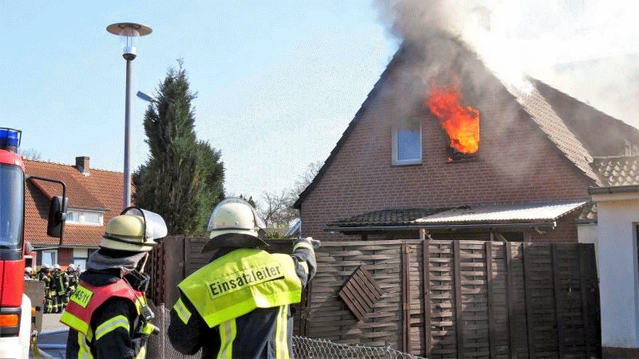 Zwei Großbrände am Montagnachmittag in Celle: Zimmerbrand in Westercelle; Brennende Schule in Klein Hehlen – Über 250 Einsatzkräfte löschen Brände – Details zum Geschehen am Montag