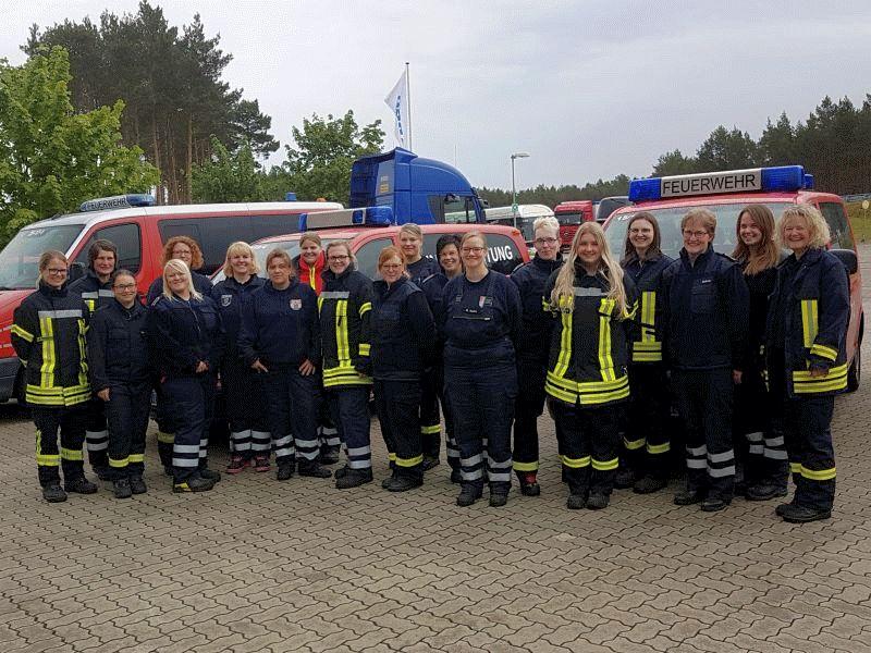 20 Feuerwehrfrauen absolvierten ein Fahrersicherheitstraining mit Feuerwehrfahrzeugen
