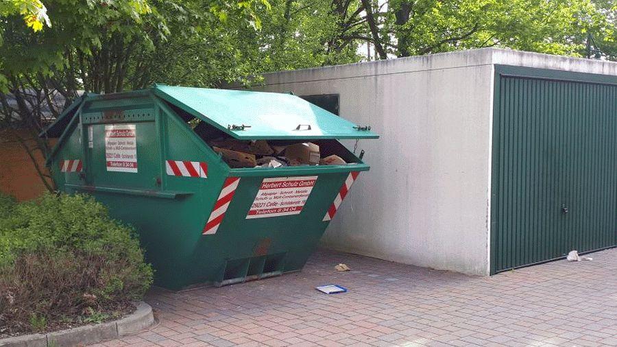 Was Viele nicht wissen – Altpapiercontainer steht auf dem Parkplatz der Seniorenresidenz Herzogin Agnes