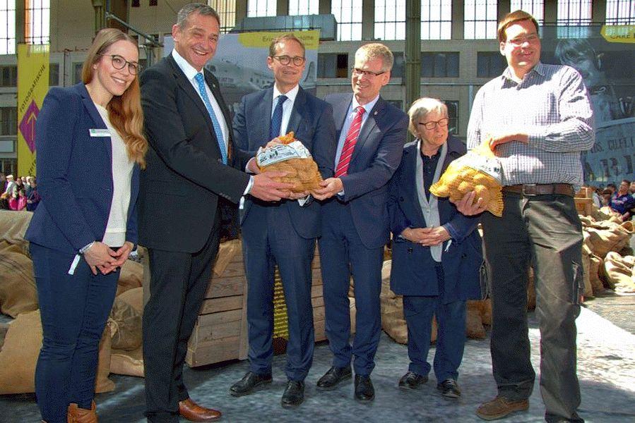 Wie Berlin an Kohle kam: Faßbergs Bürgermeister kündigt drei Tonnen Heidekartoffeln für Berliner Tafel an