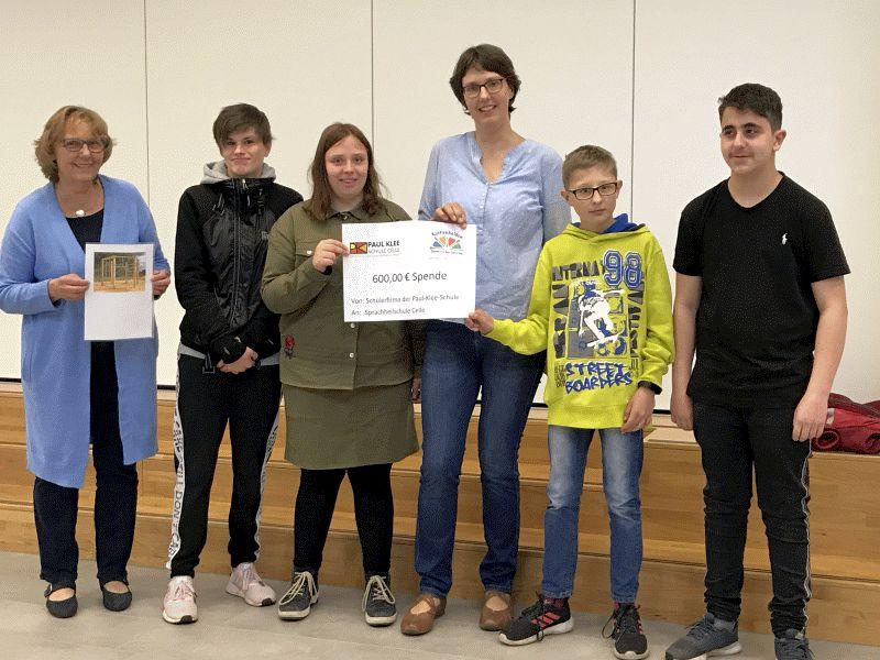 Aktionen für die Sprachheilschule – Schülerinnen und Schüler der Paul-Klee-Schule überreichen Sprachheilschule 600,00 €