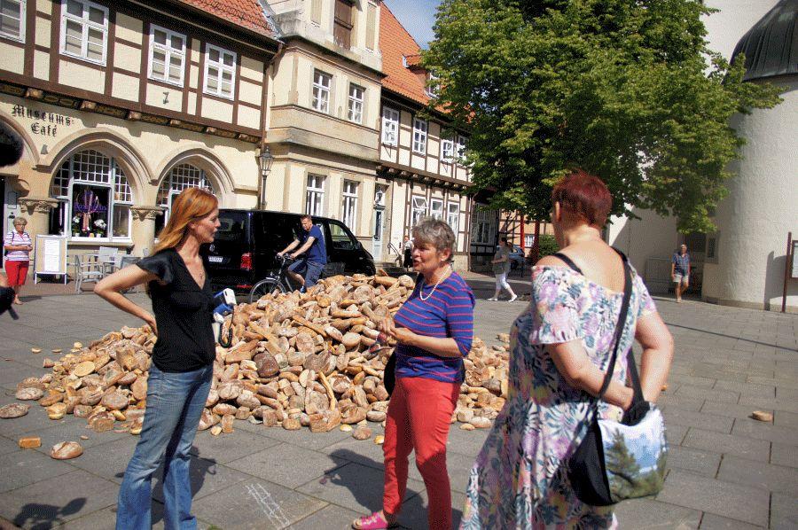 Ein Berg aus Brot und Brötchen: Unglaublich, was jeden Tag weggeworfen wird