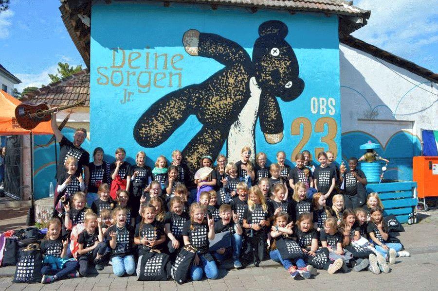 """Schulchor Tiny Wolves rühren Festivalpublikum zu Tränen – Single-Auskopplung von """"Free Fallin'"""""""