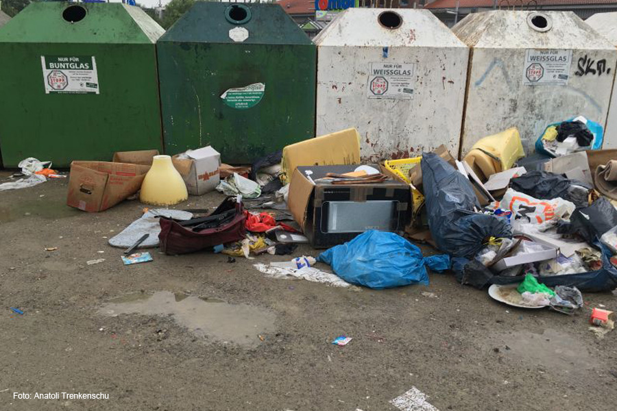Vermüllung auf dem Containerplatz gegenüber dem Combimarkt