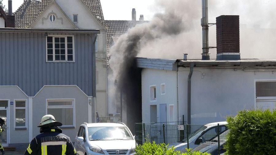 Werkstattbrand in der Wiesenstraße und Böschungsbrand an der B 3