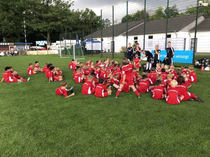 """""""Kick it like Rummenigge!"""" – 80 Kinder lernten Tipps und Tricks von DFB-Profis"""