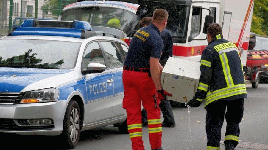 DLRG und Feuerwehr bergen Tresor aus der Fuhse