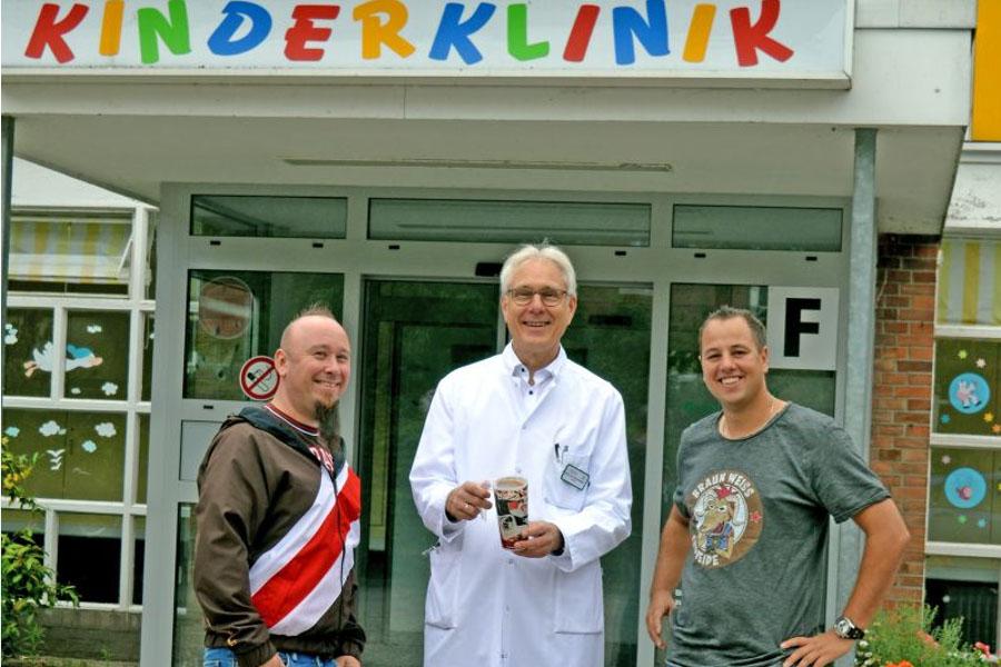 FC St. Pauli Fanclub spendet für Spielzimmer im AKH