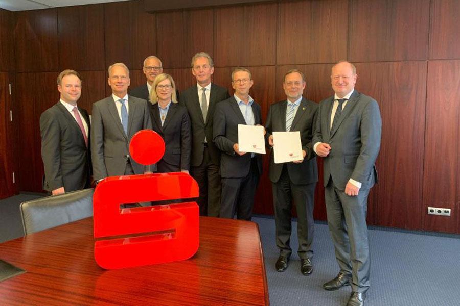 Finanzminister Reinhold Hilbers übergibt Genehmigung für Fusion der Sparkasse Gifhorn-Wolfsburg und der Sparkasse Celle