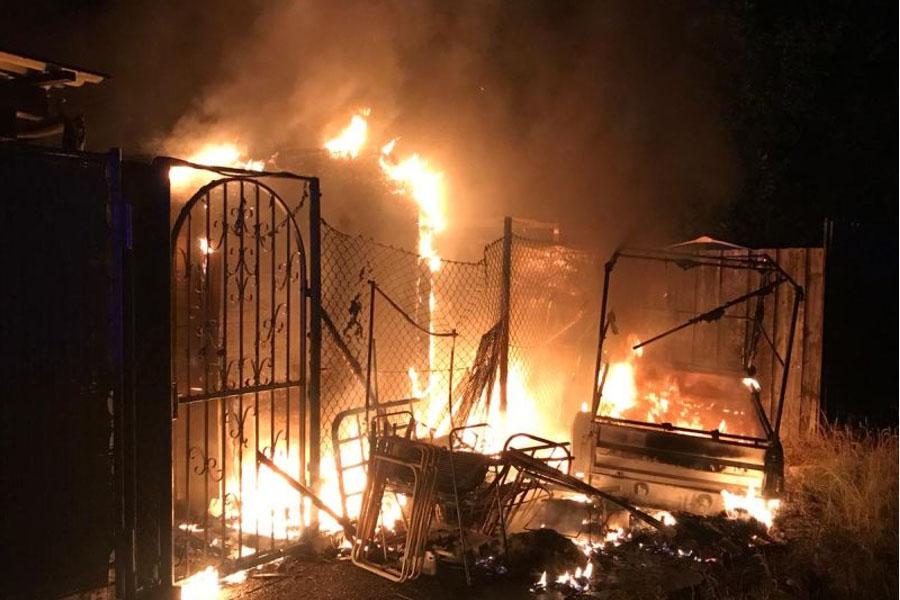 Kellerbrand mit Menschengefährdung, Laubenbrand und Verkehrsunfall – Celler Feuerwehr ist in der vergangenen Nacht gefordert