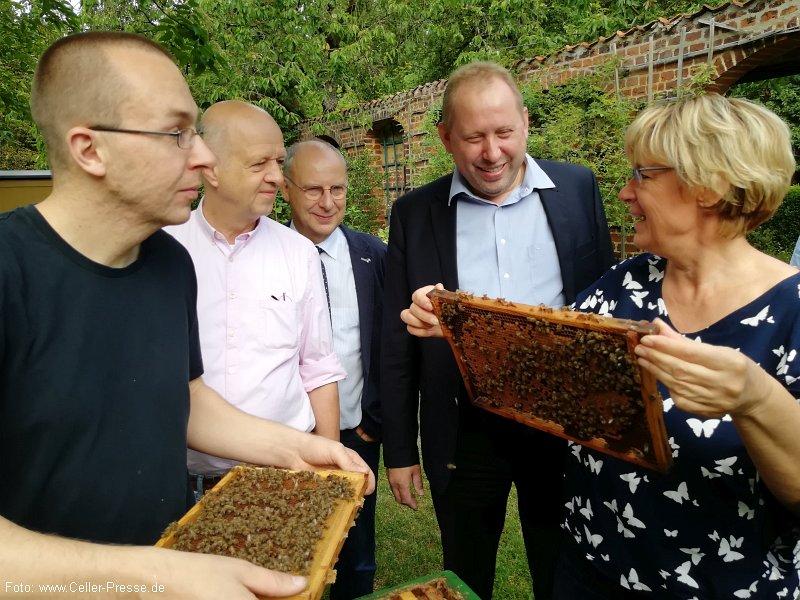 """""""Kein Leben ohne Bienen"""" – Landwirtschaftsministerin Barbara Otte-Kinast ist von der Arbeit im Celler Bieneninstitut beeindruckt"""