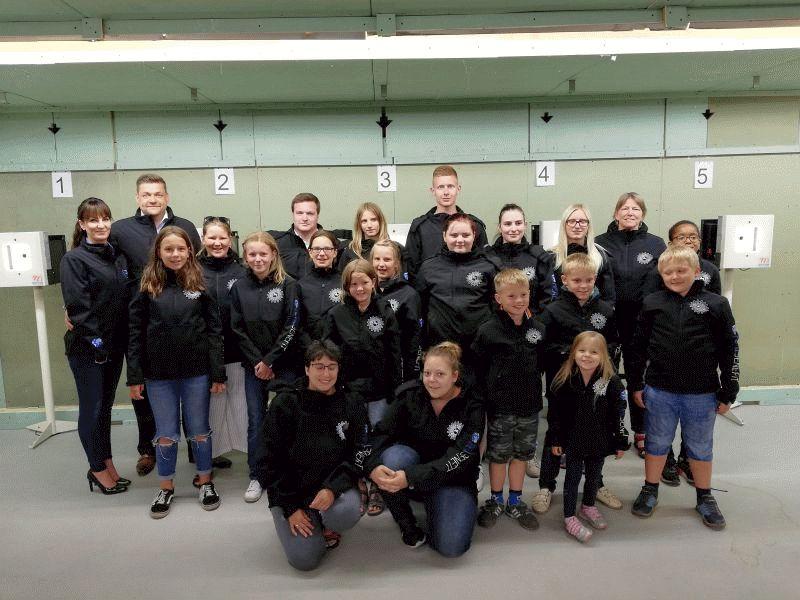 Neue Jacken für die Jugendgruppe des Schützencorps Neuenhäusen
