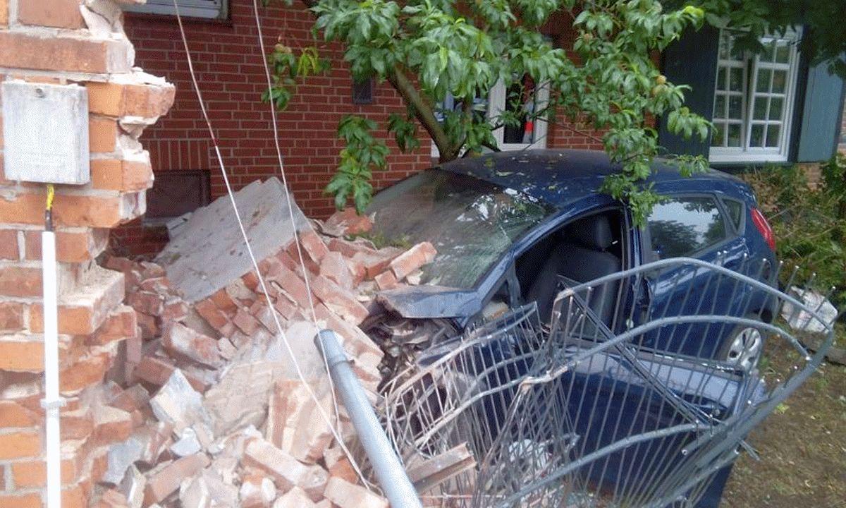 PKW fährt gegen Haus – Zwei Personen eingeklemmt