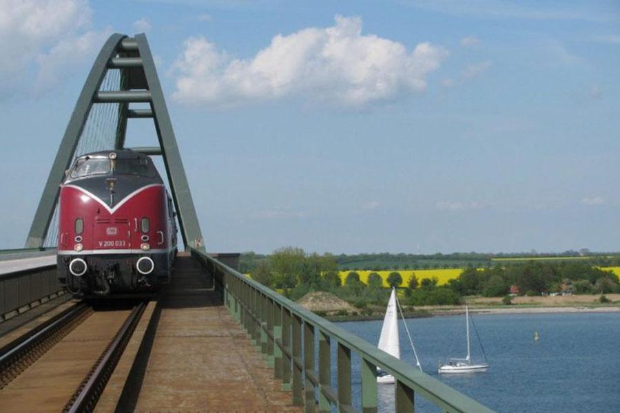 Stilechte historische Abschiedssonderzugfahrt über die Vogelfluglinie nach Puttgarden (Fehmarn)