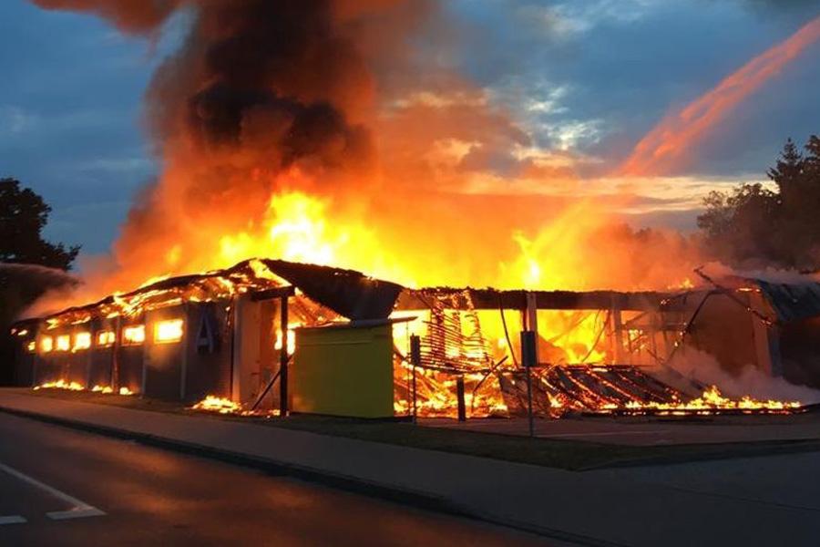 Supermarkt ALDI durch Feuer völlig zerstört – Polizei ermittelt wegen Brandstiftung *** aktualisiert
