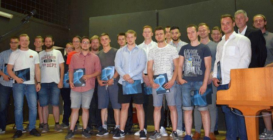 Verabschiedung der Fachoberschulen und Gestaltung Technik an der Axel-Bruns-Schule