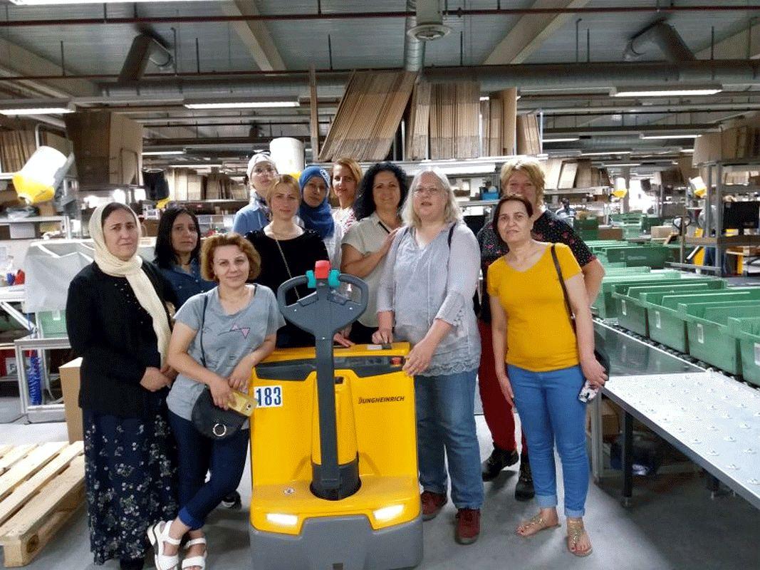 Migrationsprojekt des Caritasverbandes Celle besucht Conmetall Meister