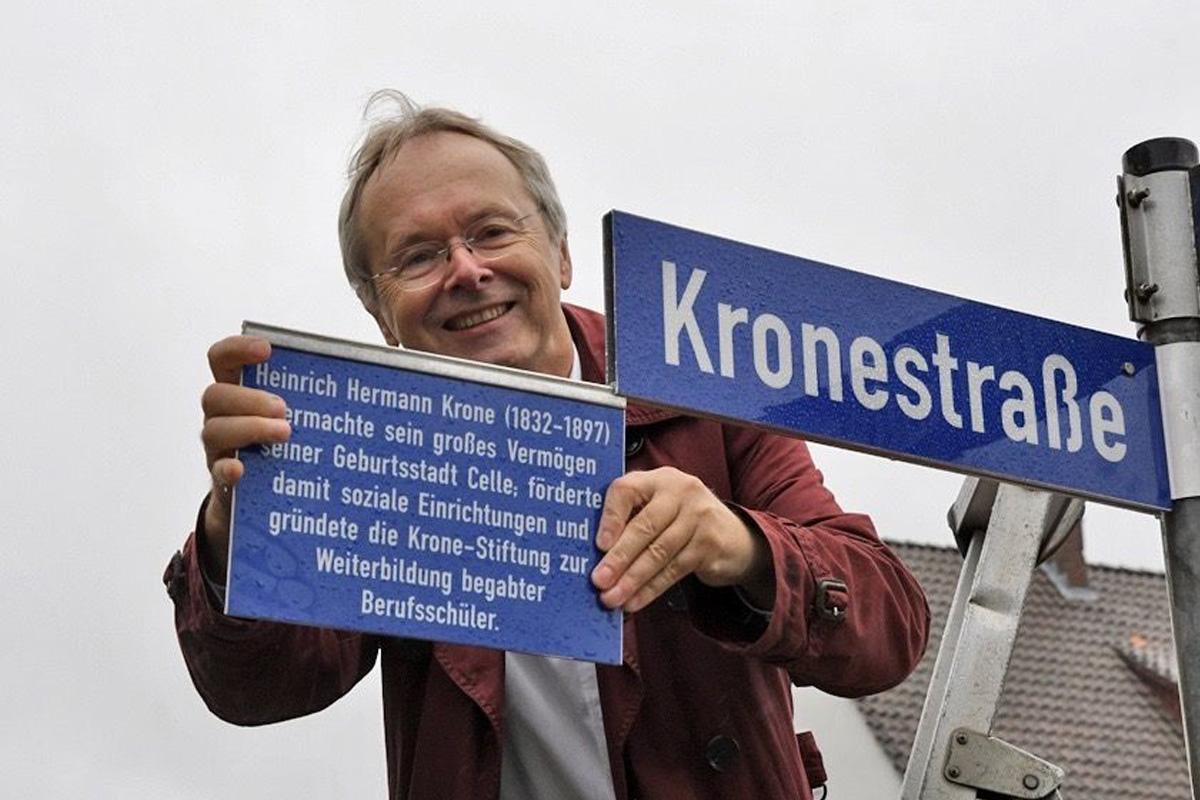 Hinweisschild zum Namensgeber der Kronestraße enthüllt
