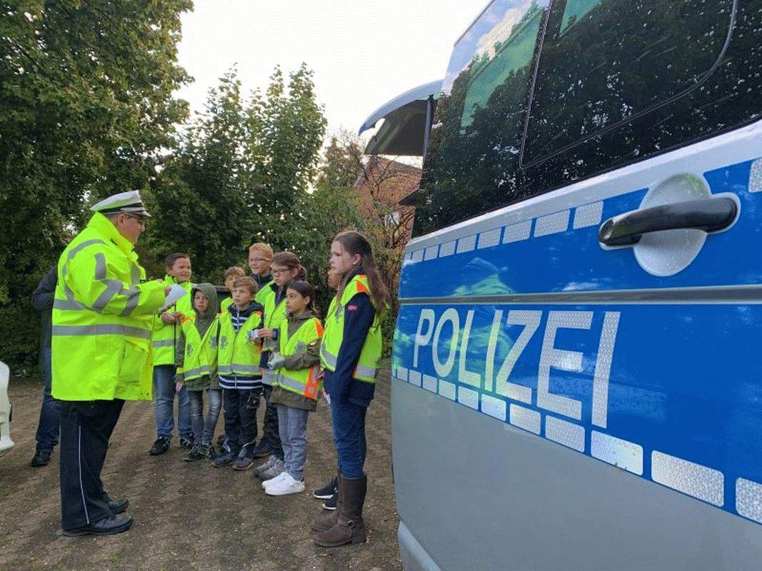 """Polizei Celle und die kleinen """"Verkehrsdetektive"""" der Grundschule Garßen kontrollieren Geschwindigkeit von Autofahrern"""