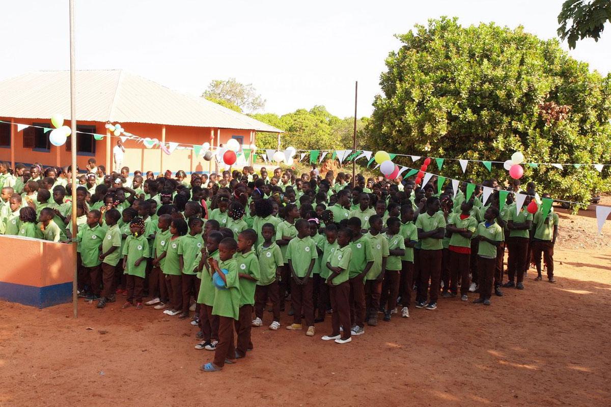 """Benefiz: Eine Schule für Bissau – Schlosstheater übergibt Spenden des Celler Publikums aus der Theaterproduktion """"Benefiz"""""""