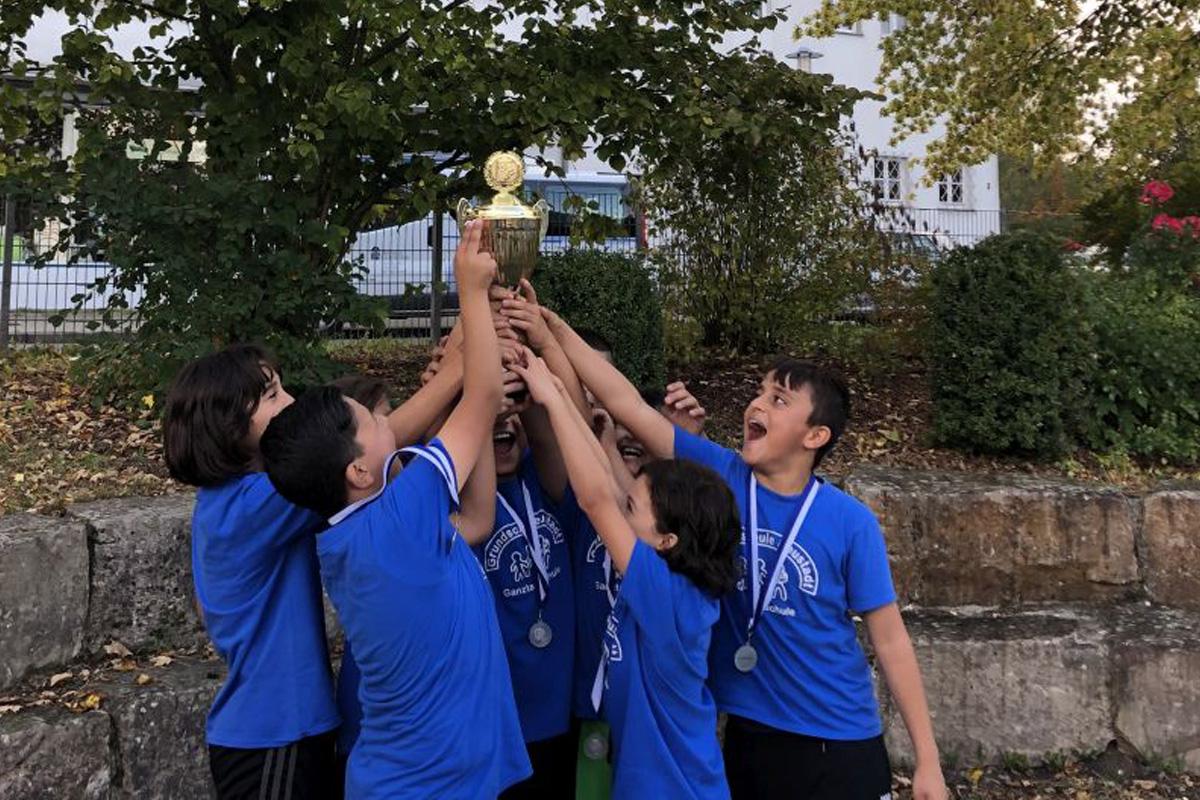 Fußball-Cup Neustadt-Heese: Gemischtes Team der Grundschule Neustadt holt den Pokal in der 1. Altersgruppe