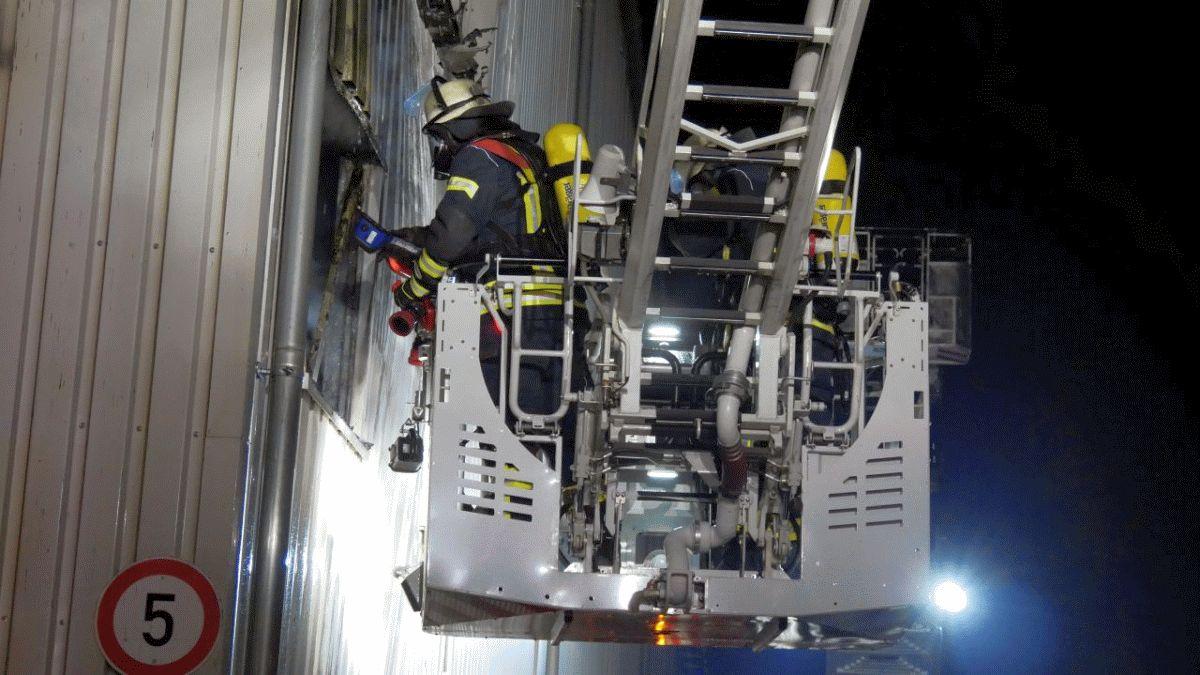 Großeinsatz für die Feuerwehr Celle in der Nacht – zwei räumlich getrennte, ausgedehnte Brände in einer Werkhalle ***aktualisiert