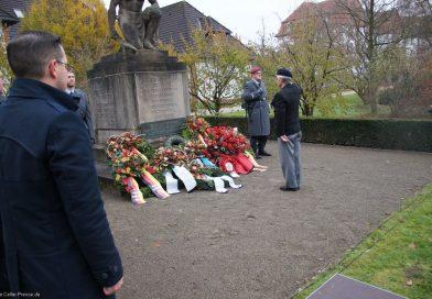 Einfühlsame Erinnerung und eine Mahnung für die Zukunft – HBG-Schüler gestalten Gedenkfeier zum Volkstrauertag