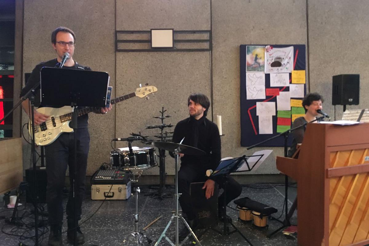 """Kreuzkirche um ELF – ein besonderer Gottesdienst für ALLE Generationen unter dem Motto: """"Nur noch kurz die Welt retten!"""""""