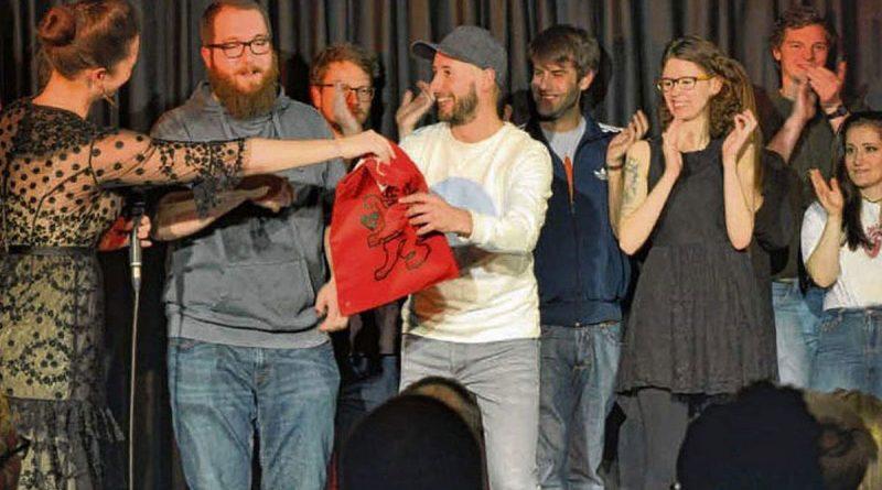 Poetry Slam – Der moderne Dichterwettstreit – Spoken-Word-Künstlerin moderiert frech, frisch, spontan die Slammer