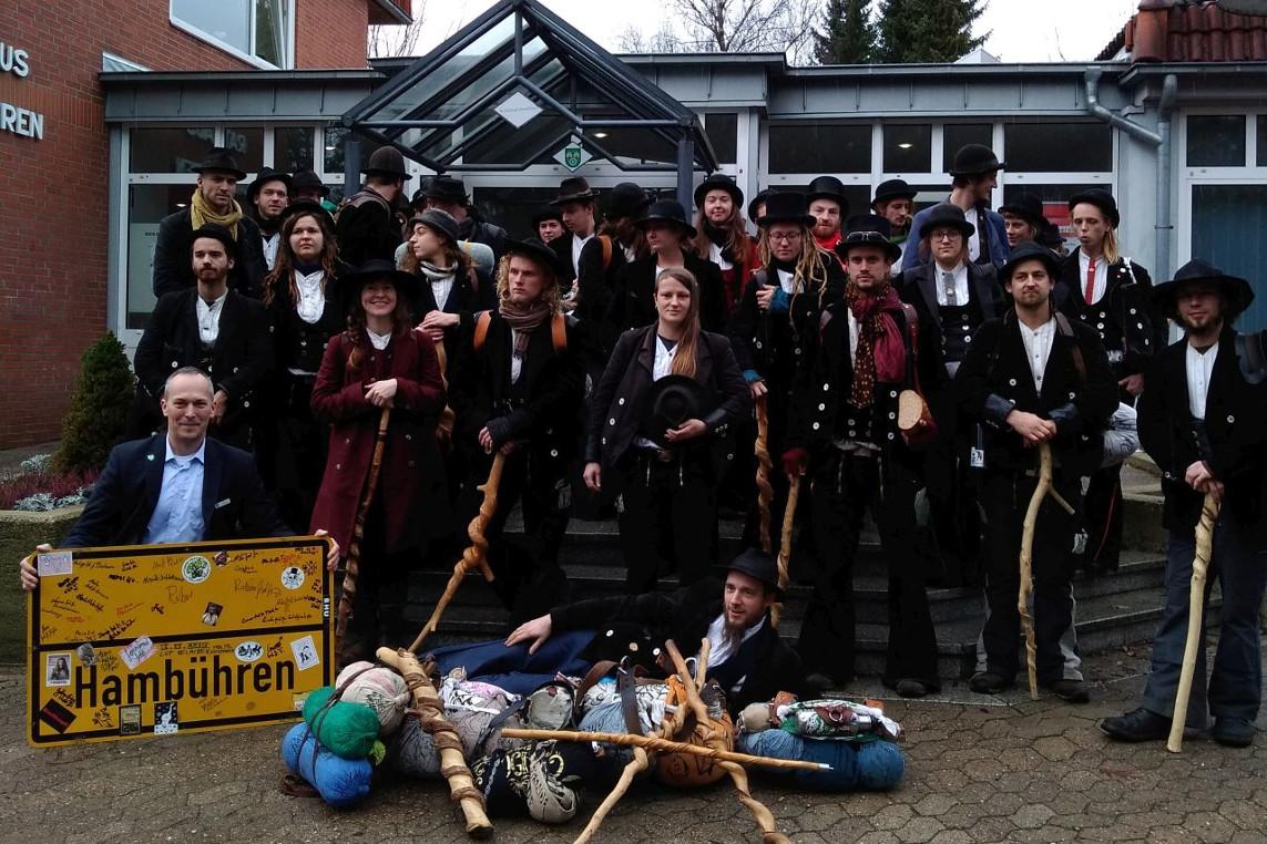 42 Wandergesellinnen und -gesellen besuchen das Hambührener Rathaus
