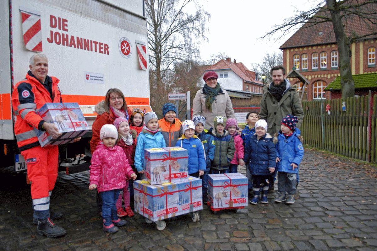 Eine ganze Gemeinde packt an – Kitas und Grundschule Wietze packen Kartons für den Johanniter-Weihnachtstrucker