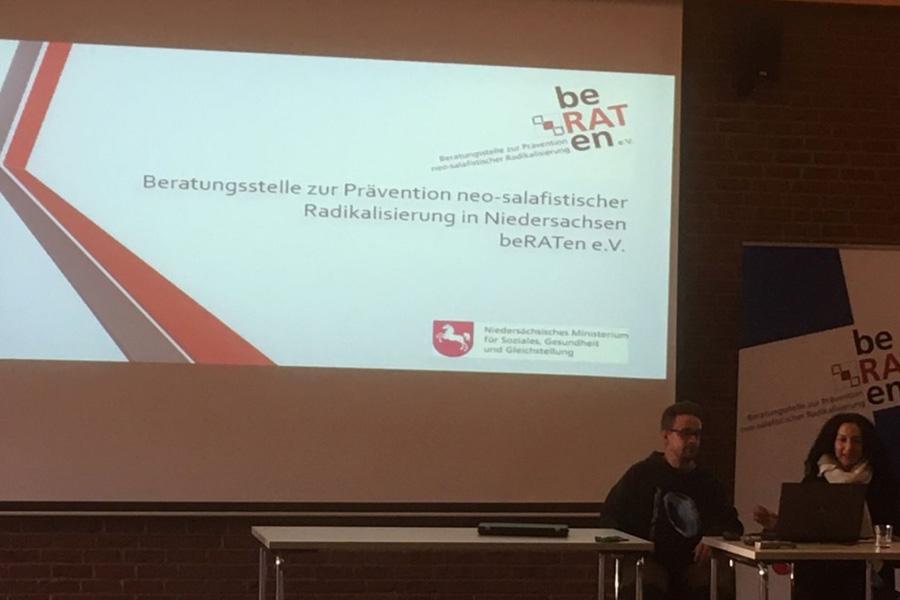 Fachtag zu Extremismus- und Radikalisierungs-Prävention – Teilnehmende aus fünf Landkreisen diskutieren im Neuen Kreistagssaal