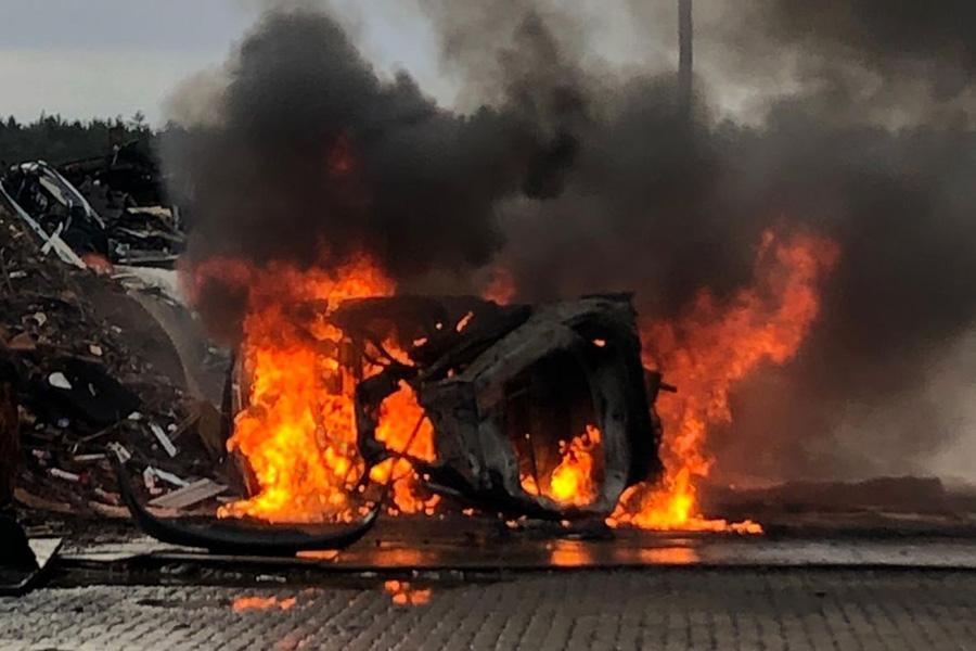 Mehrere Pkw brennen auf dem Gelände eines Recyclingunternehmens