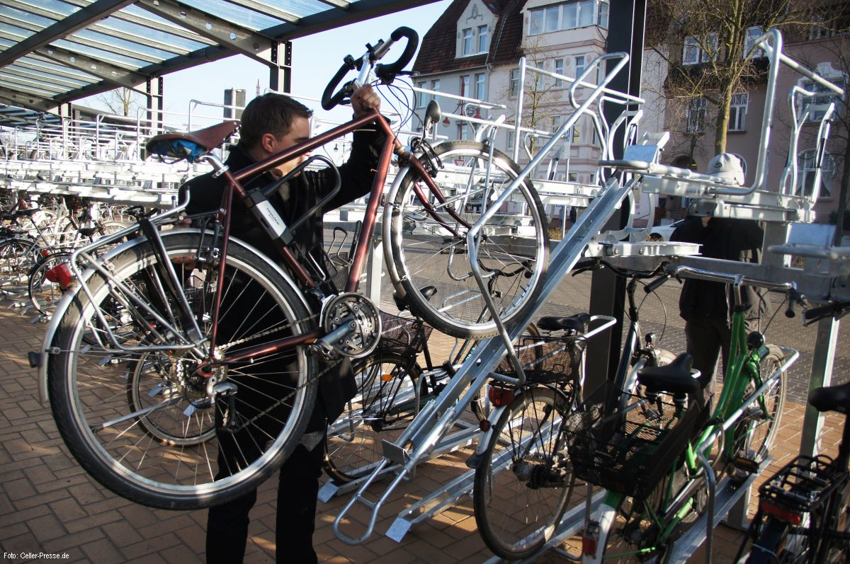 Neue Doppelstock-Parkanlage für Fahrräder am Bahnhof eröffnet