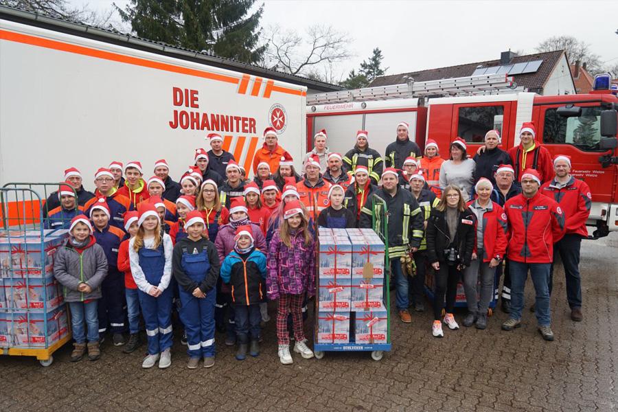 Paket-Kontrolle für den guten Zweck – Johanniter-Weihnachtstrucker: Wietzer sammeln 138 Kartons