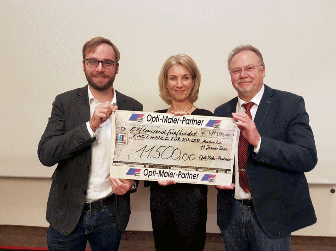 Gemeinsame Spende von malerschröder und Opti-Maler-Partner über 11.500 Euro an die Stiftung EINE CHANCE FÜR KINDER