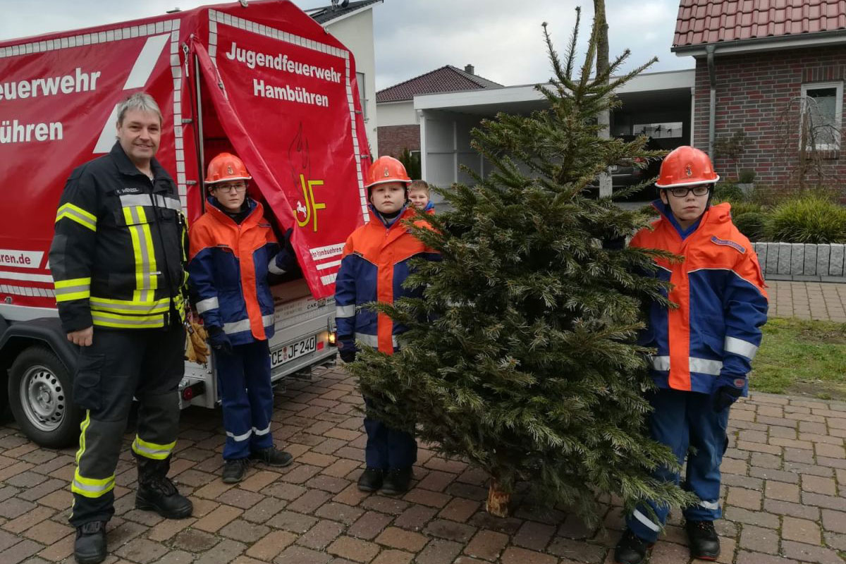 Jugendfeuerwehr sammelt Weihnachtsbäume ein