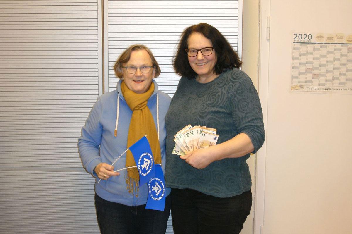 Strumpfstrickaktion bringt  1.483 Euro  für den Kinderschutzbund Celle ein