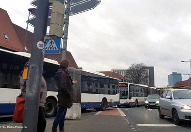 Weihnachtsdeko hält Busse ab zu passieren – Busse stauen sich auf dem Neumarkt