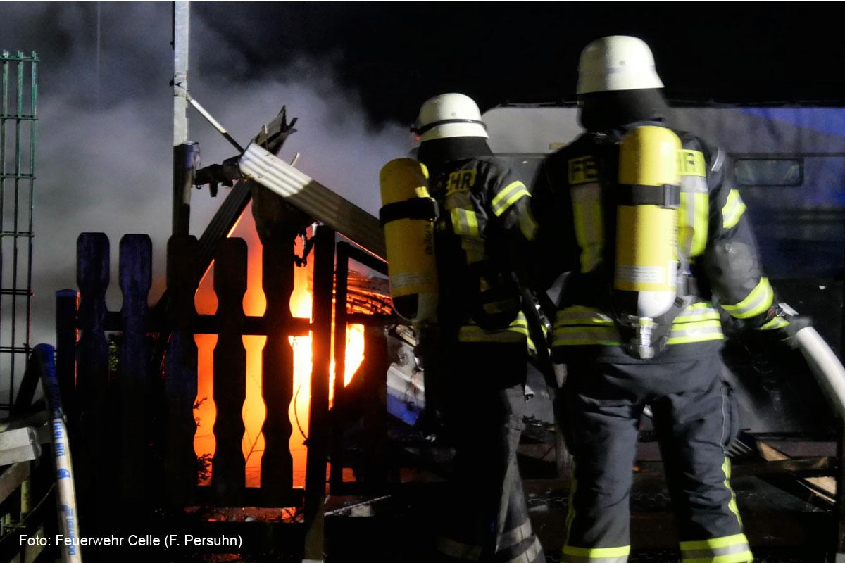 Wohnwagen steht in Alvern in Flammen – Feuerwehr rettet eine Person
