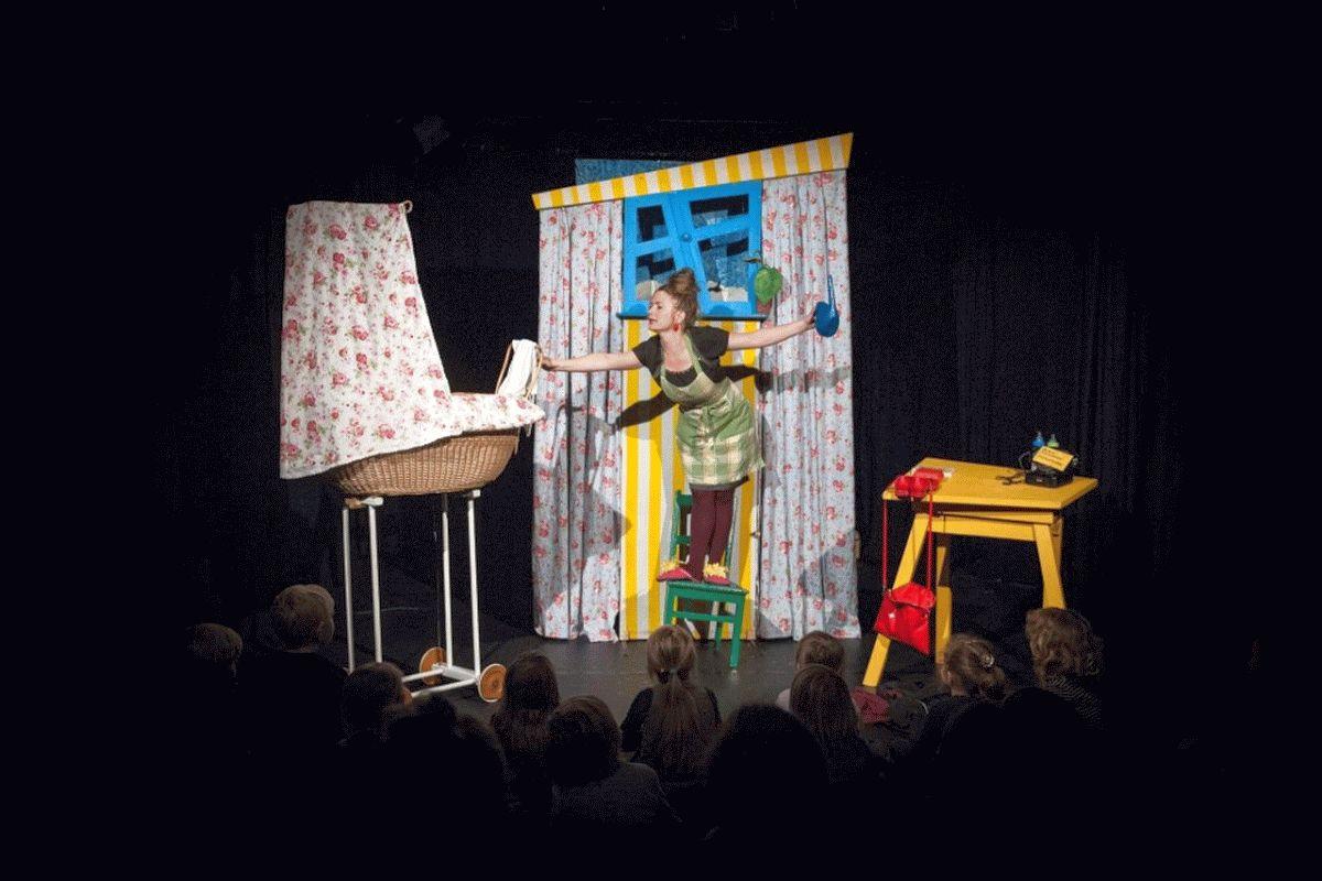 Die kleine Raupe Nimmersatt lässt in der CD-Kaserne die kleinen Gäste eine neue Welt entdecken