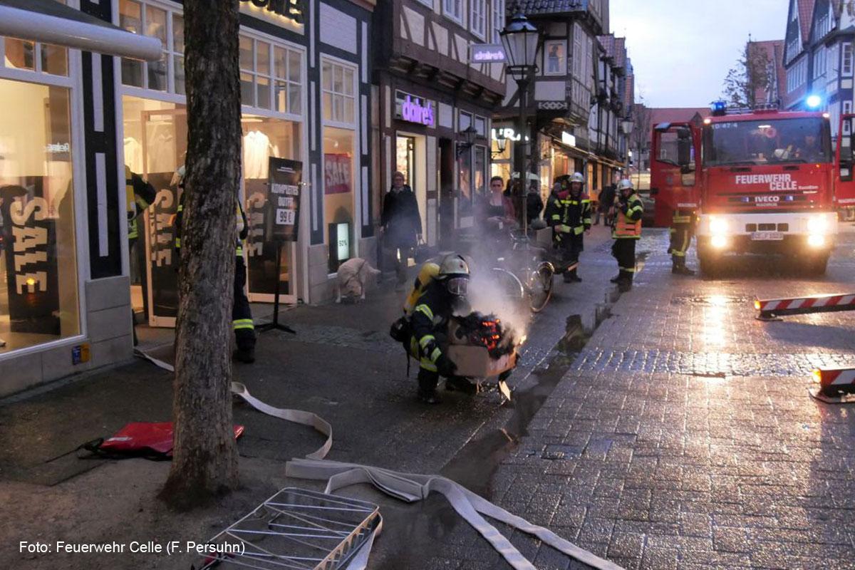Kellerbrand in einem Ladengeschäft in der Altstadt – Zwei verletzte Personen *** aktualisiert