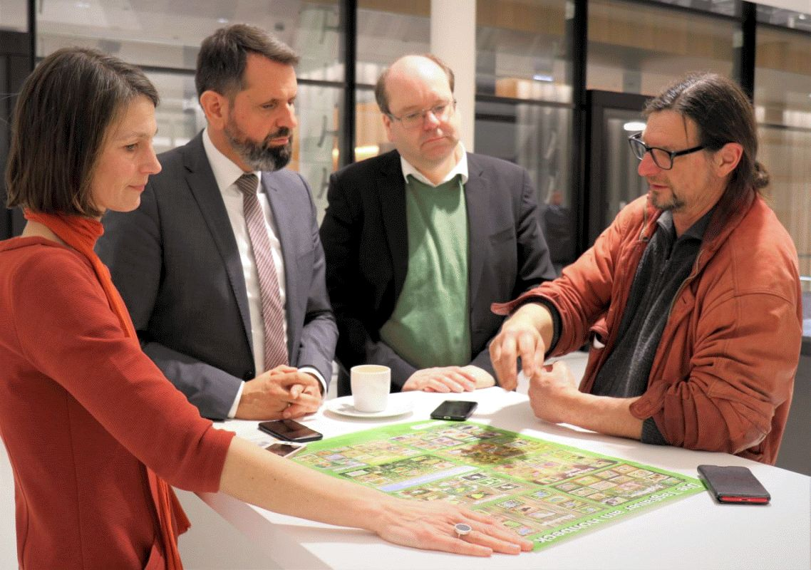 NABU überreicht Schmetterling-Plakat an Umweltminister